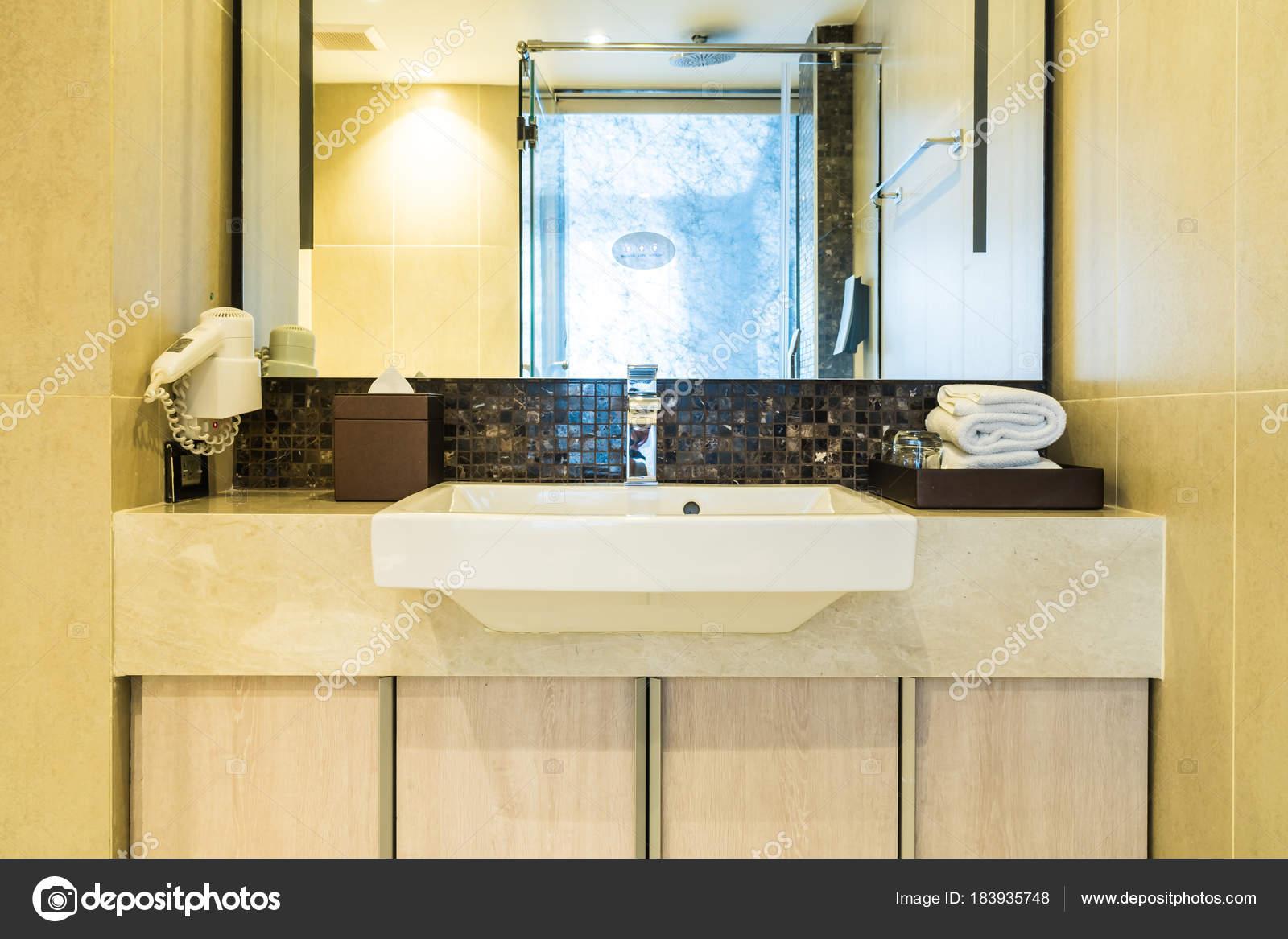 Witte decoratie van wastafel en kraan in de badkamer u2014 stockfoto