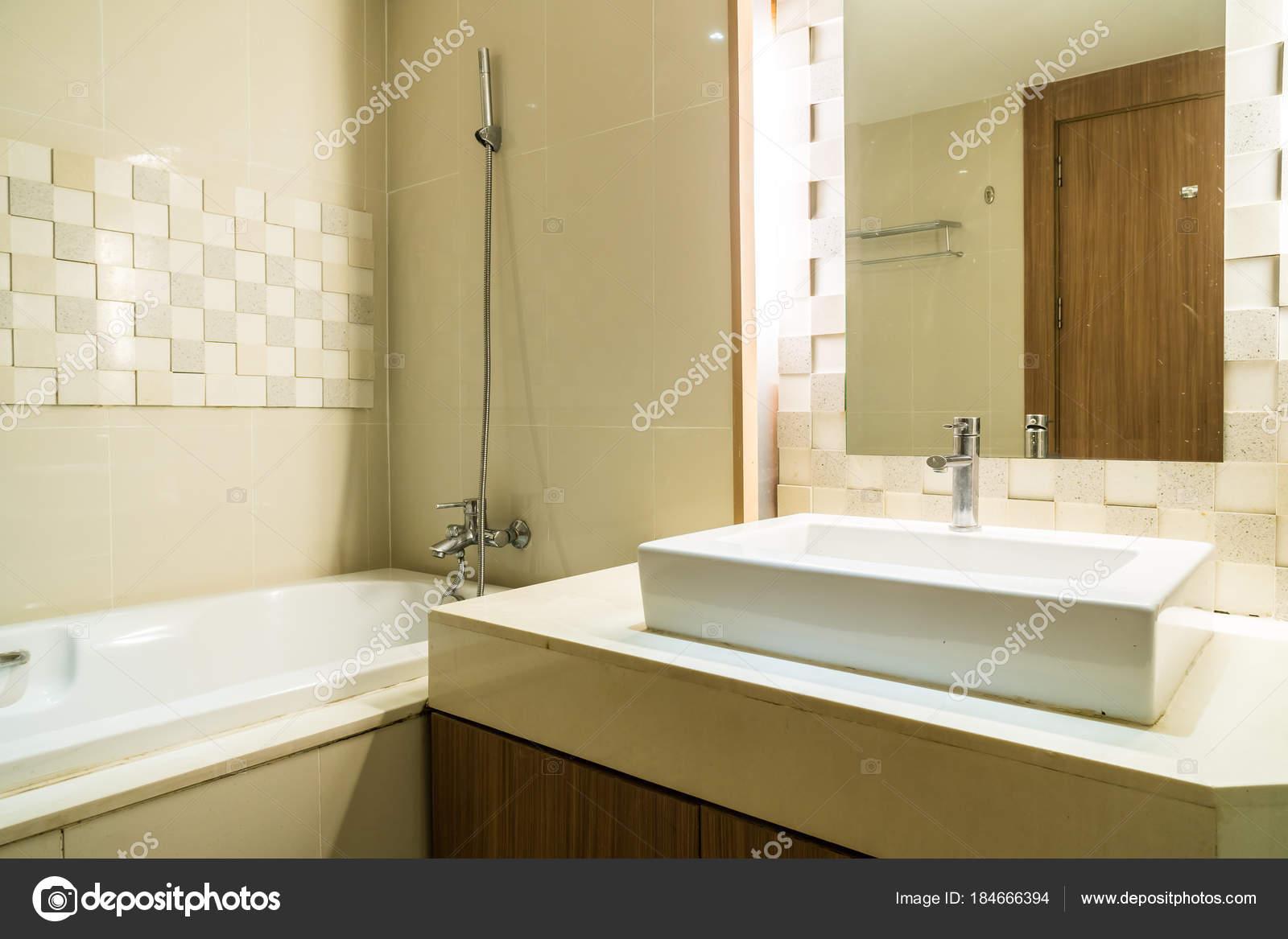 Vasca Da Bagno E Lavandino : Decorazione bianca di lavello e rubinetto e vasca in bagno u2014 foto