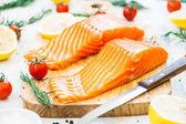 Fotografie Syrové a čerstvé maso losos filet na dřevěném prkénku