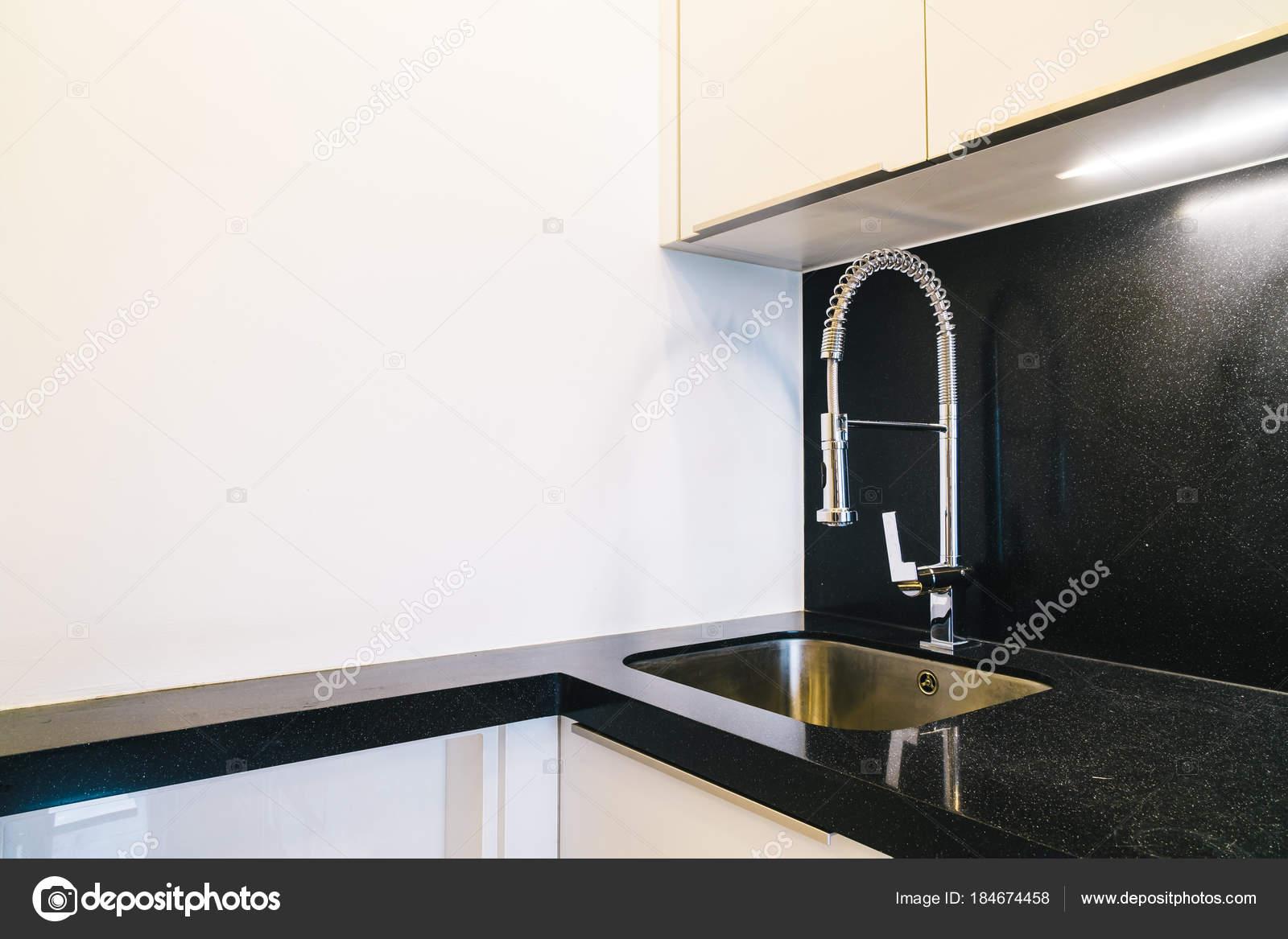 Kraan en wastafel decoratie in de keuken kamer u stockfoto
