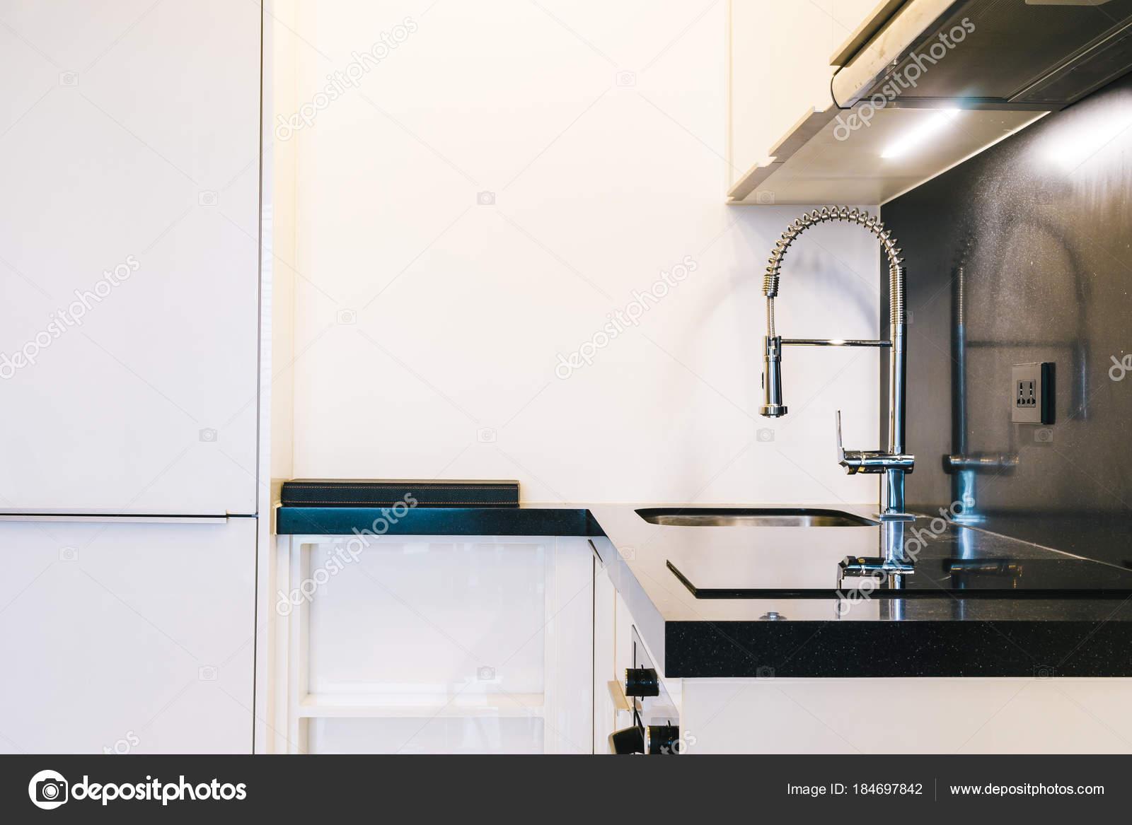 Armatur und Waschbecken Küche Interieur — Stockfoto © mrsiraphol ...