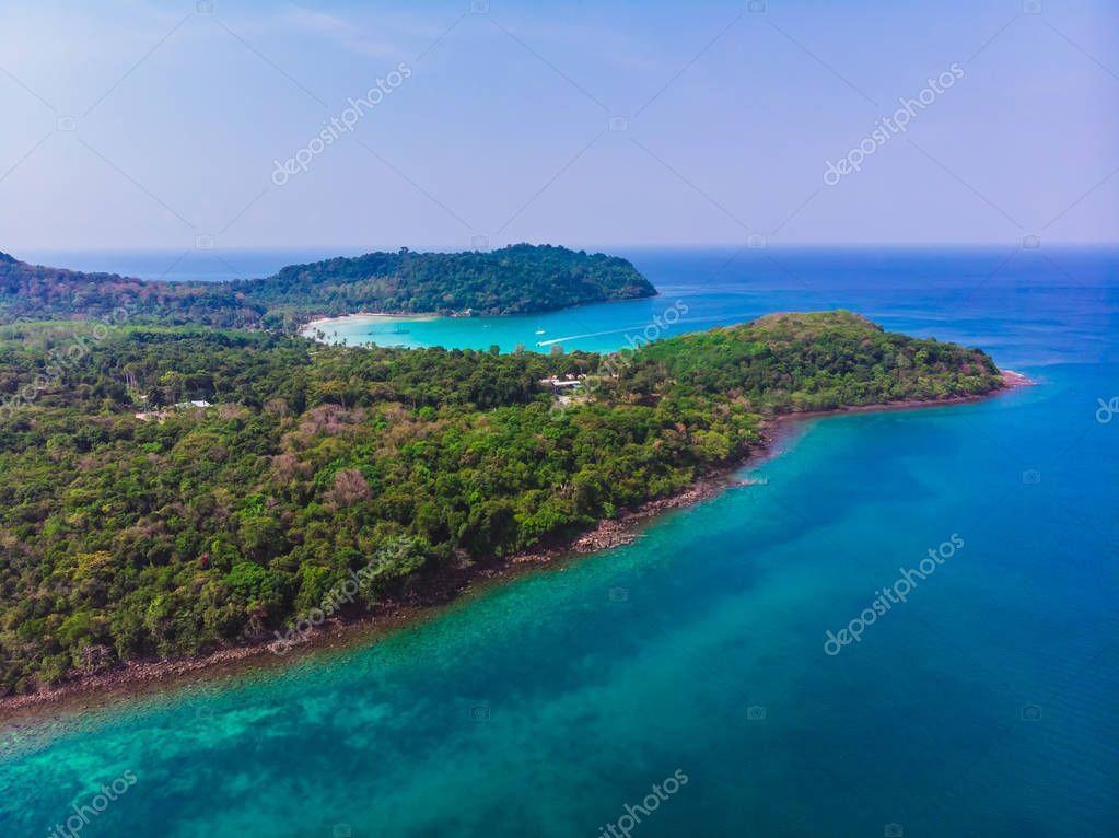 Фотообои Вид с воздуха на красивый пляж и море с кокосовой пальмы на голубом небе в раю