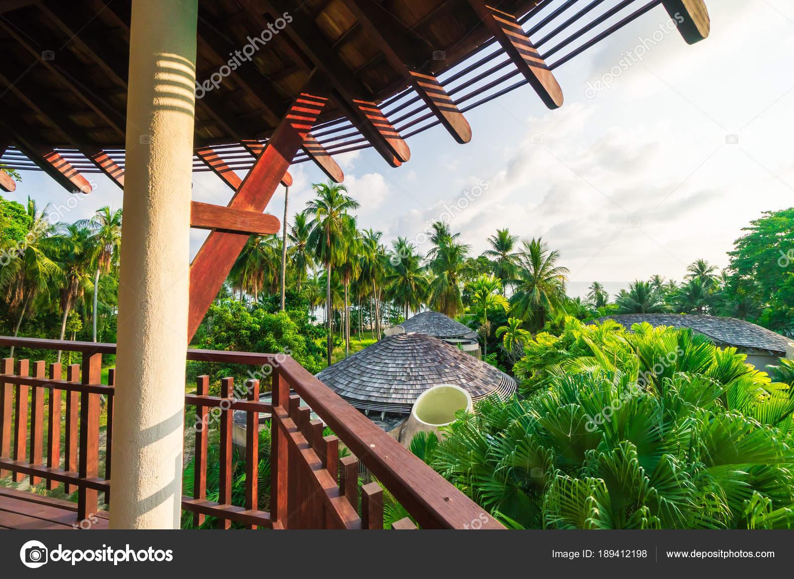 Terras decoratie met tropische natuur u stockfoto mrsiraphol