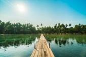 Fotografie Dřevěný most nebo molo na pláž a moře v ostrově paradise a okolí s kokosu palmou - dovolená dovolená a cestování koncepce
