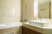 Bílé dekorace dřez a baterie a vana v koupelně