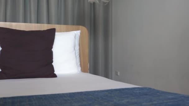 záběry luxusního interiéru hotelového pokoje