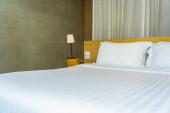 Polštář a přikrývka na posteli se světelnou výzdobou interiéru