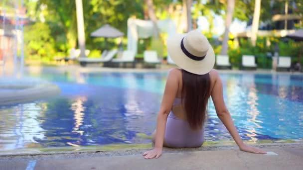 felvétel gyönyörű ázsiai nő pihenés medencében a szállodában
