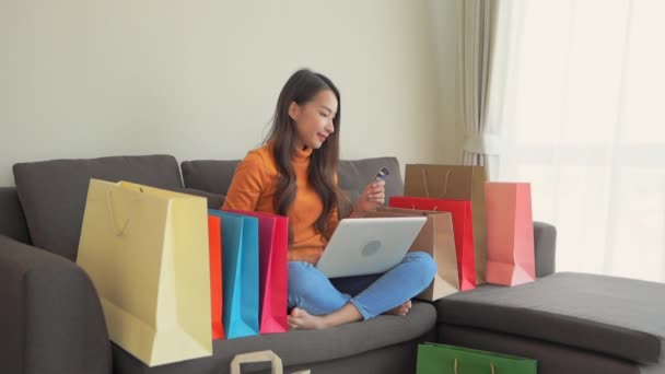 záběry krásné asijské ženy dělat e-shopping doma