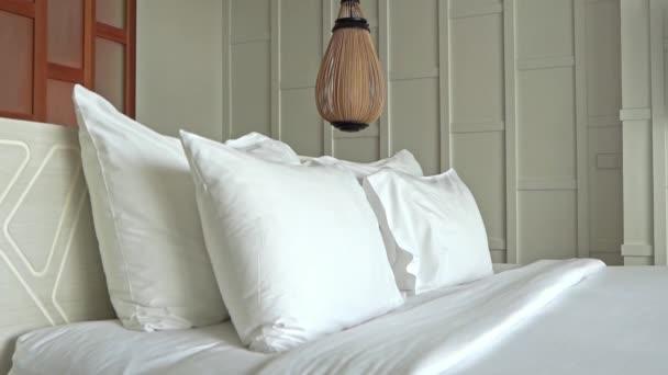 záběry luxusně zařízené ložnice v hotelu
