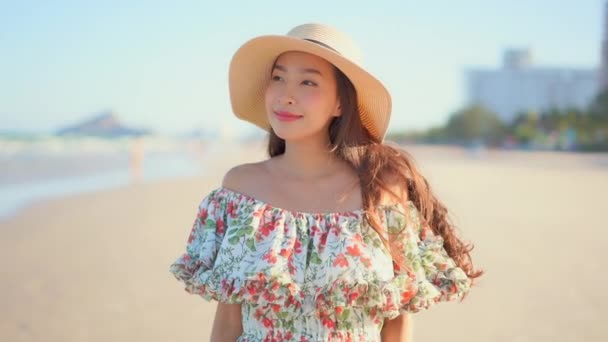 Portré gyönyörű fiatal ázsiai nő boldog mosoly körül tenger óceán strand és kék ég szabadidős utazás nyaralás