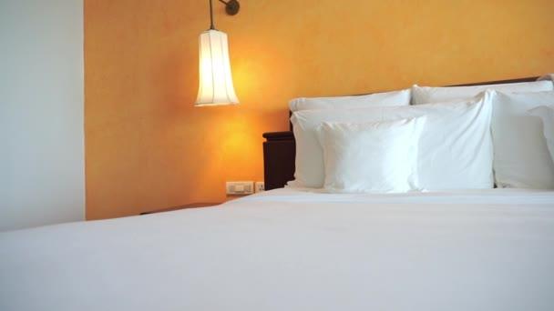 Bílý polštářek na posteli dekorace ložnice