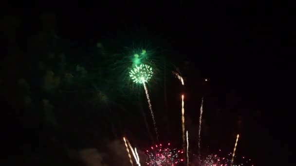 schönes buntes Feuerwerk in der Nacht zum Jubiläum