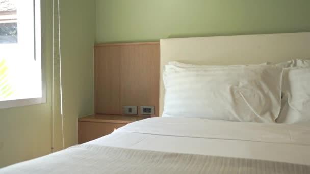 Bílý pohodlný polštář na posteli dekorace interiéru ložnice