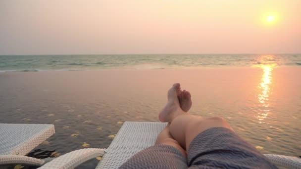 Selektivní ohnisko na noze kolem venkovního bazénu v hotelovém resortu při západu slunce nebo při východu slunce pro volný čas cestování a dovolenou