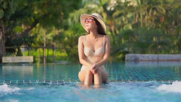 Felvételek gyönyörű fiatal ázsiai nő pihenni körül uszoda hotel üdülőhely szabadidős nyaralás