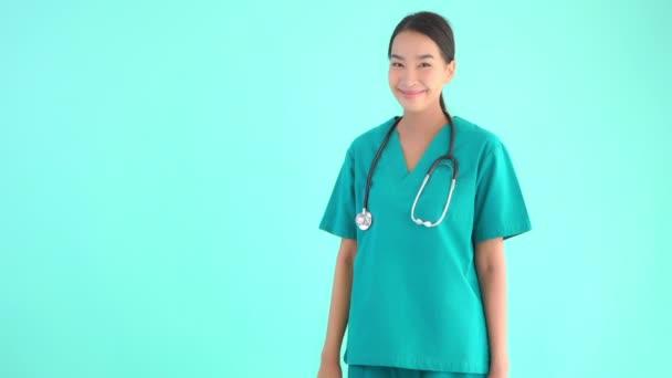 Portrét krásné mladé asijské lékař žena na modrém izolovaném pozadí