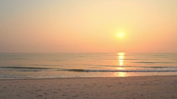 klidné záběry krásného vlnitého moře