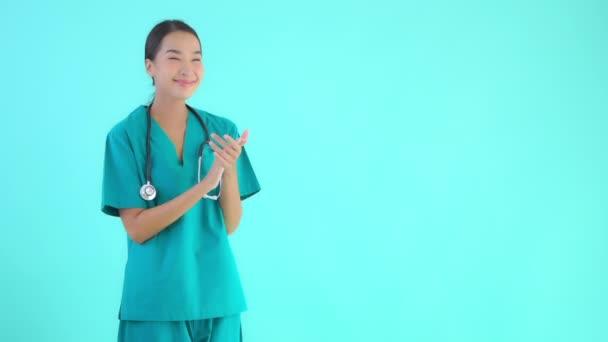 Filmmaterial von schönen asiatischen Ärztin isoliert auf blau