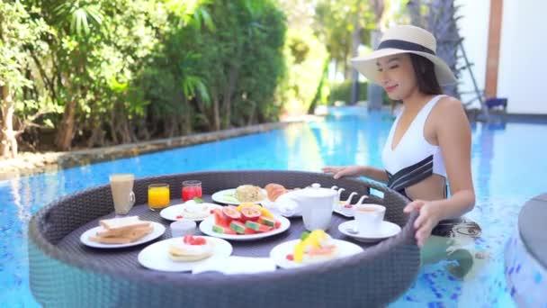 felvételeket a gyönyörű ázsiai nő pihentető medence a Hotel