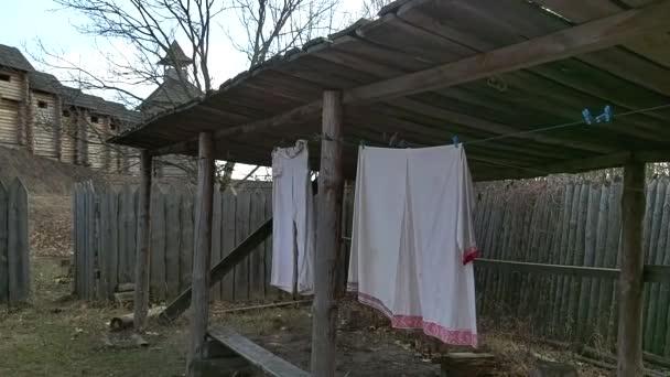 Staré slovanské lněné věci se po vyprání suší na laně