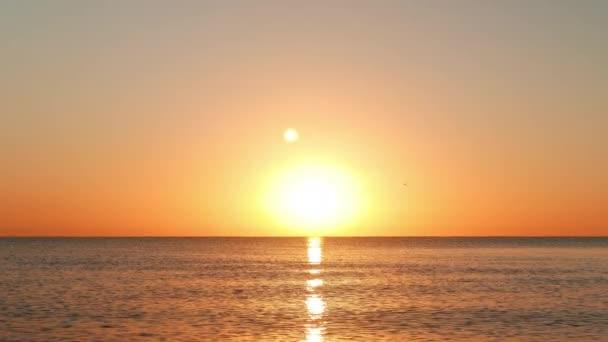 Slunce stoupá na zlaté barevné nebe