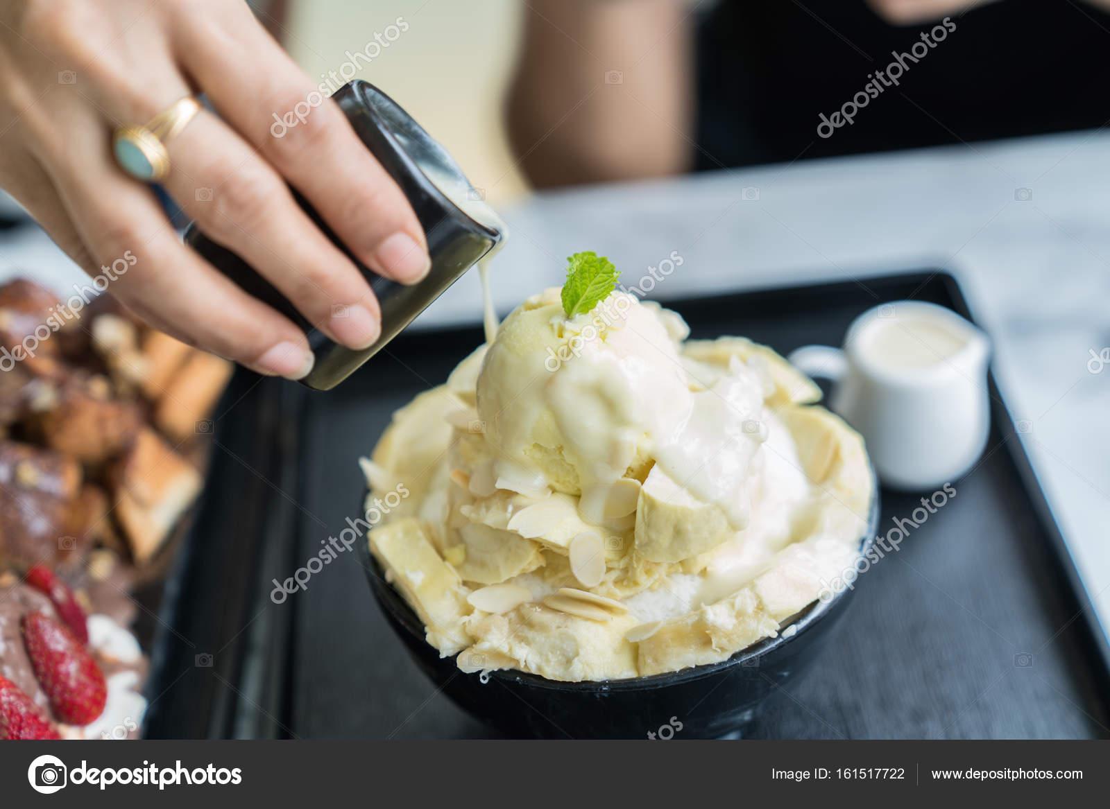 Bingsoo Or Bingsu Korea Dessert Stockfoto C Khajornkiat 161517722