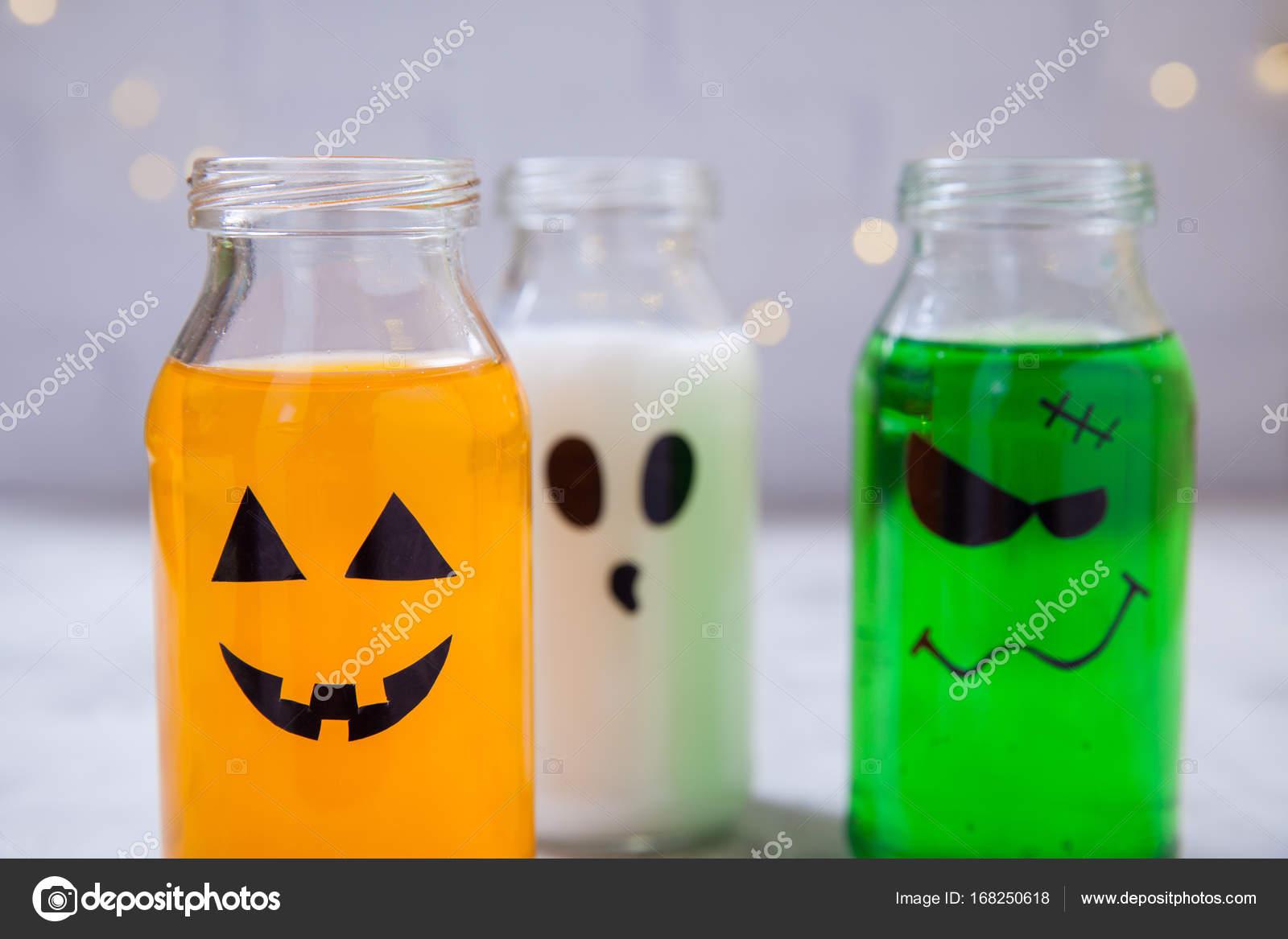 Halloween Getränke für eine Kinder-party — Stockfoto © Odelinde ...