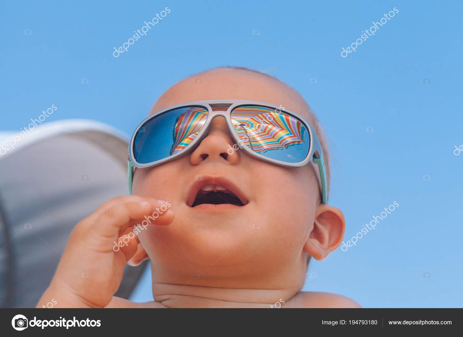 434e7973a9 Αξιολάτρευτο ευτυχισμένη αστεία χαμογελώντας χαριτωμένο μωρό αγόρι με γυαλιά  ηλίου στην παραλία — Εικόνα από ...