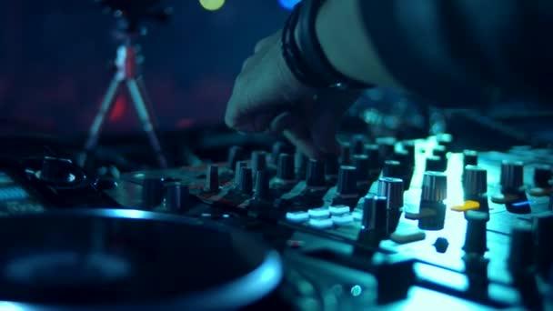 DJ divatzenét ad elő a koncerten