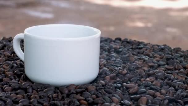 Szoros kilátás pörkölt kávébab és egy csésze kávé