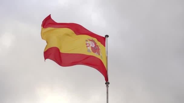Sárga Vörös Spanyolország Zászló integetett egy drámai égbolt háttér. Lassú mozgás.
