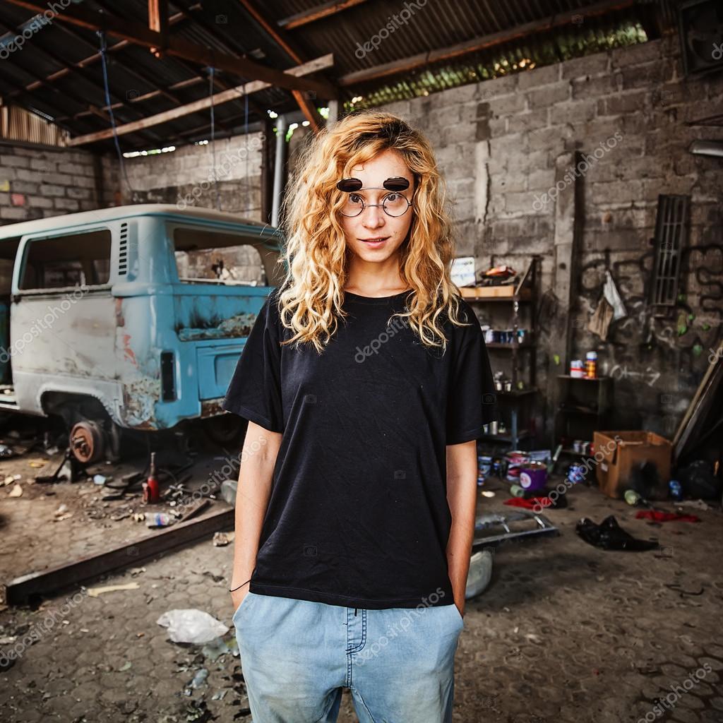 Urban Style Madchen Im Grunge Garage Stockfoto C Apid 128104662