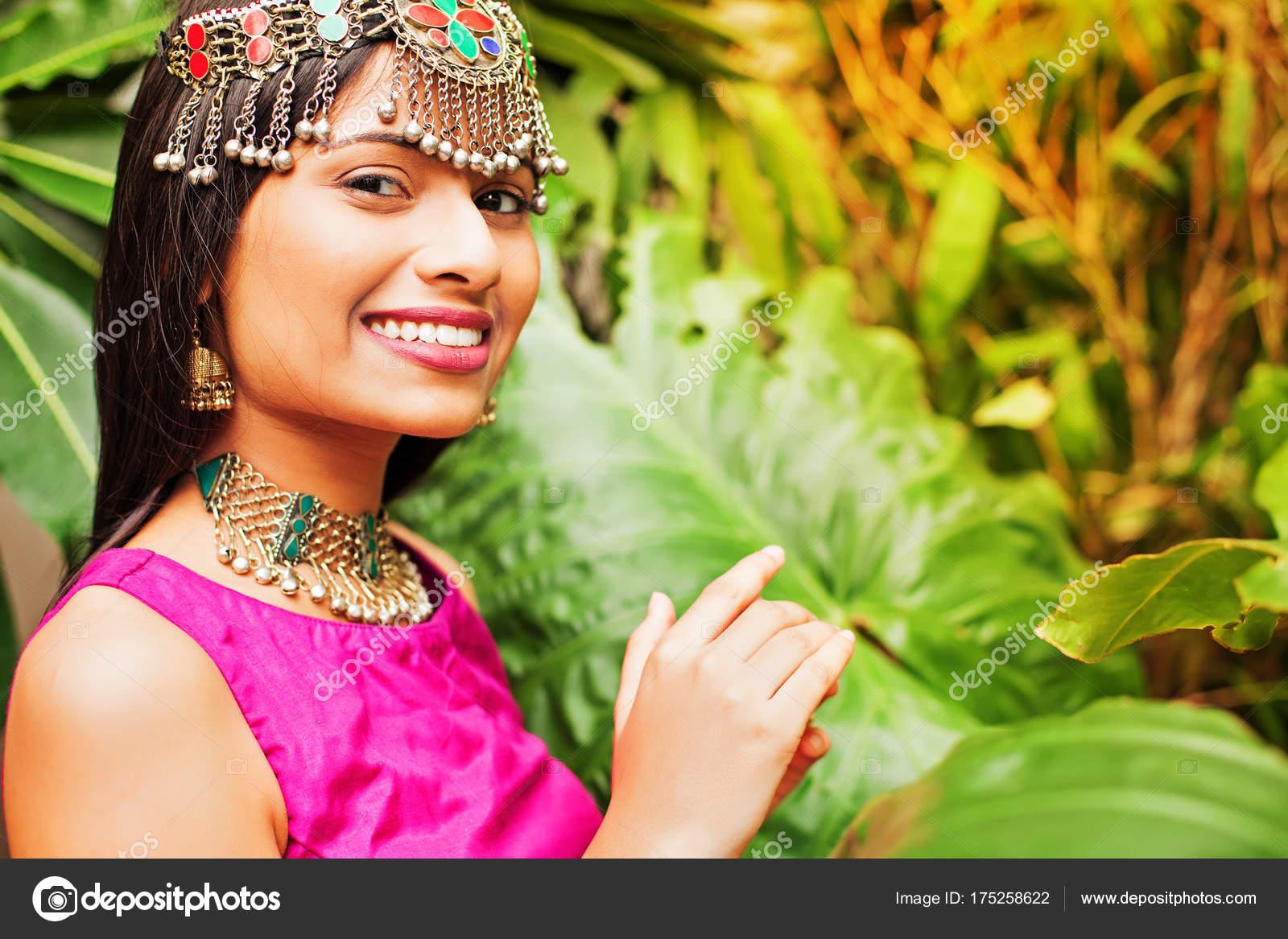 1ece4b8138 Beautiful indian woman wearing traditional dress — Photo by apid