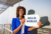Fényképek Hello word szöveg beszéd buborék holding gyönyörű afrikai nő