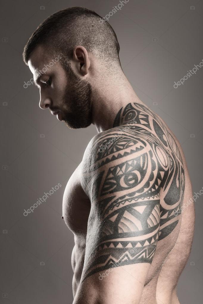 Hombre Musculoso Tatuaje De La Espalda Fotos De Stock Geribody