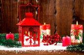 Vánoce a nový rok na pozadí s vánoční Svíčka Lucerna a vánoční stromek větve, sníh a dekorace, dřevěné stěny za. Volné místo