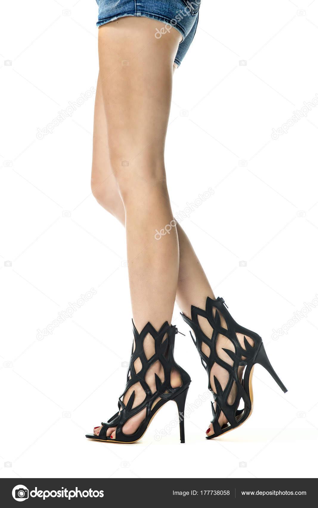 1d96280b98fbf Piernas femeninas en tacones de moda del verano botines — Foto de Stock