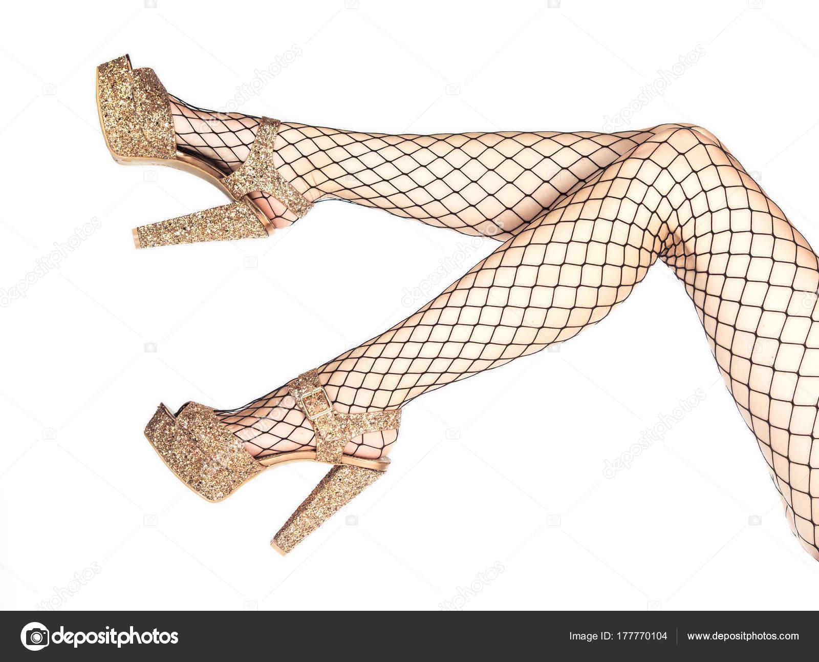 baa301b13 Mulher vestindo meias arrastão e sapatos de salto alto dourada — Fotografia  de Stock