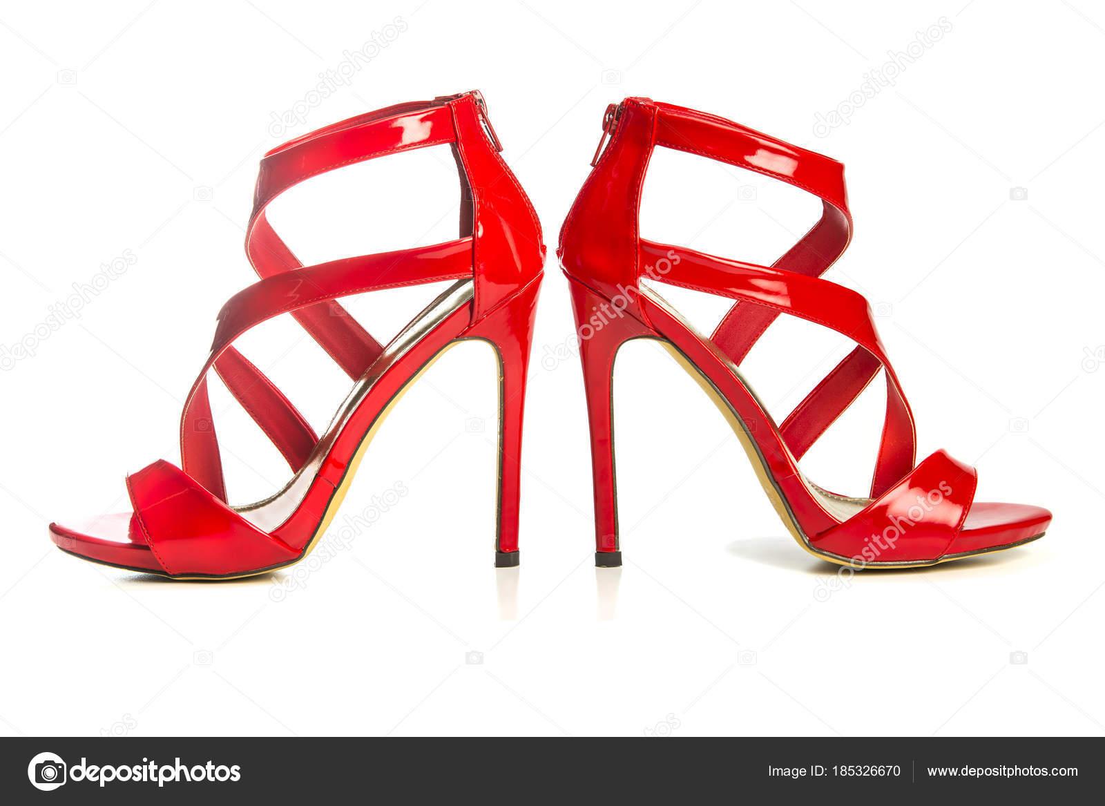 9424f018eb8e Vysoké podpatky sandálky v lesklé červené lakované kůže s plošinku chodidlo  a kotník popruh — Fotografie od ...