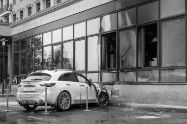 Kemerovo 2019-09-16 White car Infiniti FX50S burned out, parked outdoor near building, smoked windows cracked from fire. Scorched hood, bumper, no windshield, wiring short circuit