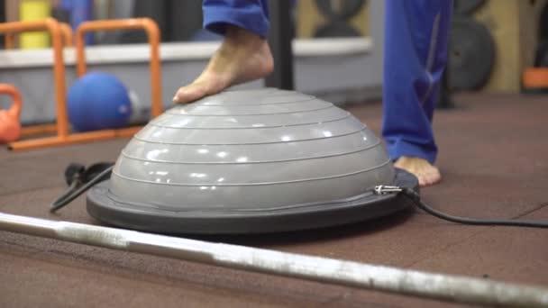 Luomo allena lequilibrio, bilancia sul simulatore, boss simulator, gamba stretta