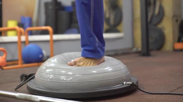 Luomo allena lequilibrio, bilancia sul simulatore, bosu