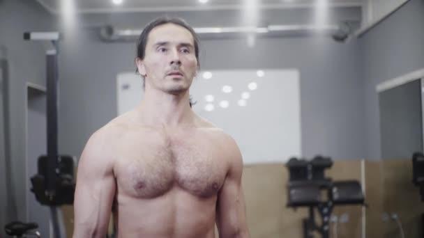 Sportler mit schönen Muskeln, Bodybuilder, trainiert Bizeps und Schulter