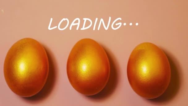 Stop-Motion goldene Eier auf rosa Hintergrund. Osterverladekonzept. Papierdekoration. Looping-Video. Grüne Wiese 4k