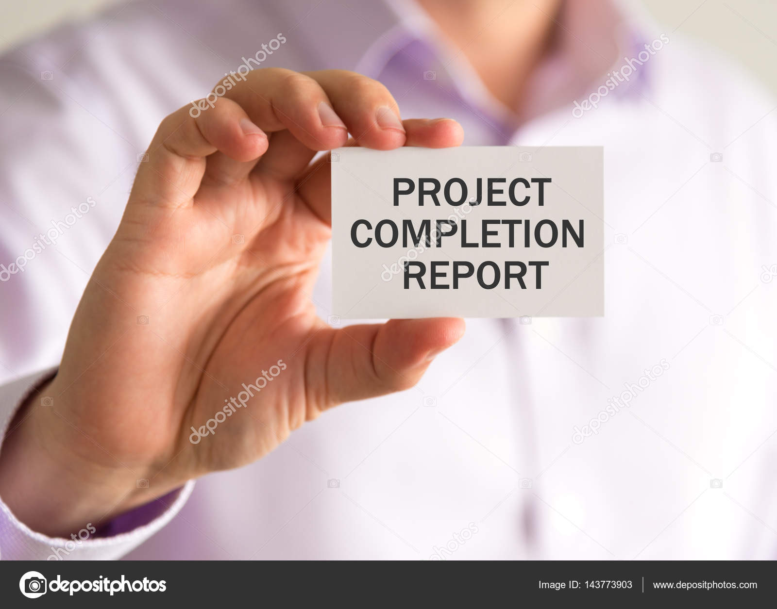 Geschäftsmann hielt eine Karte mit Projekt-Abschluss-Bericht ...