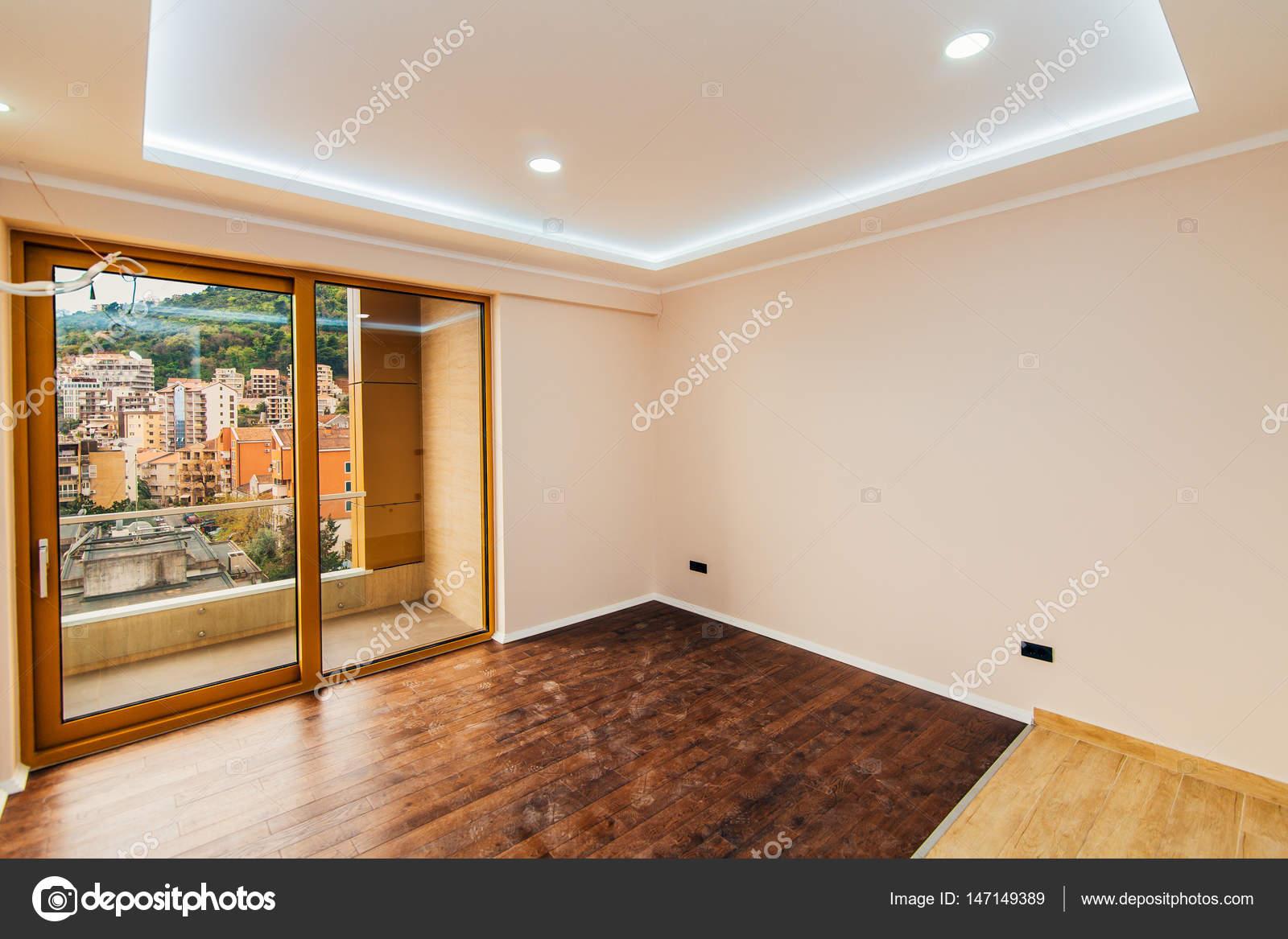 Un apartamento vacío con sin muebles. El apartamento está renovado ...