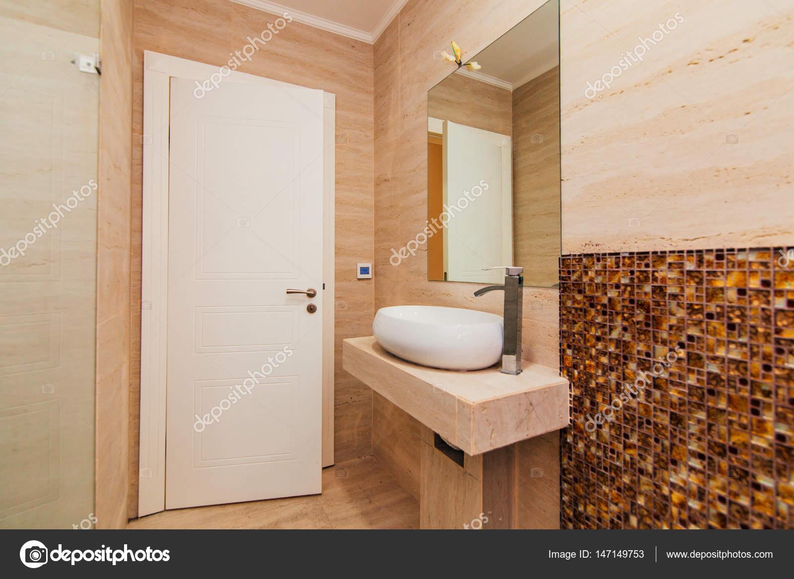 Waschbecken im Badezimmer. Sanitär im Bad. Die interio — Stockfoto ...