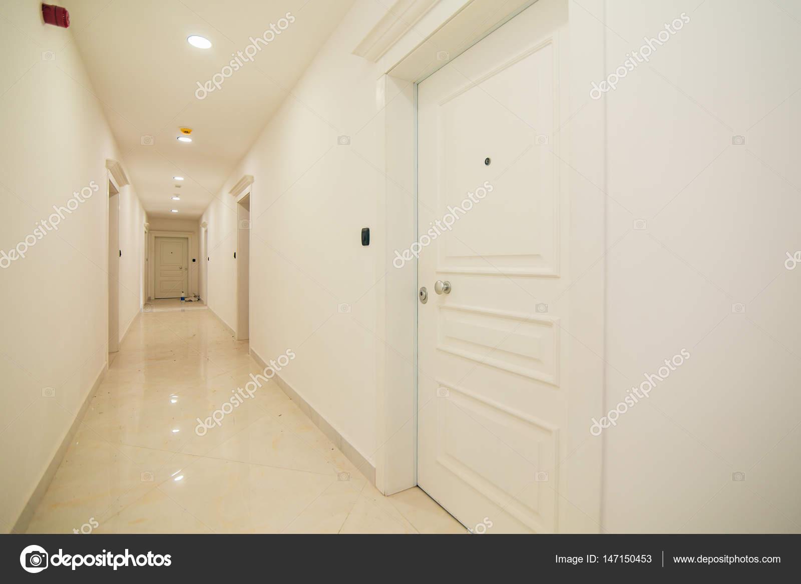 Flur in der Wohnung. Die vordere Tür zu Zimmer — Stockfoto ...