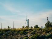 Windkraftanlage in den Feldern und Bergen